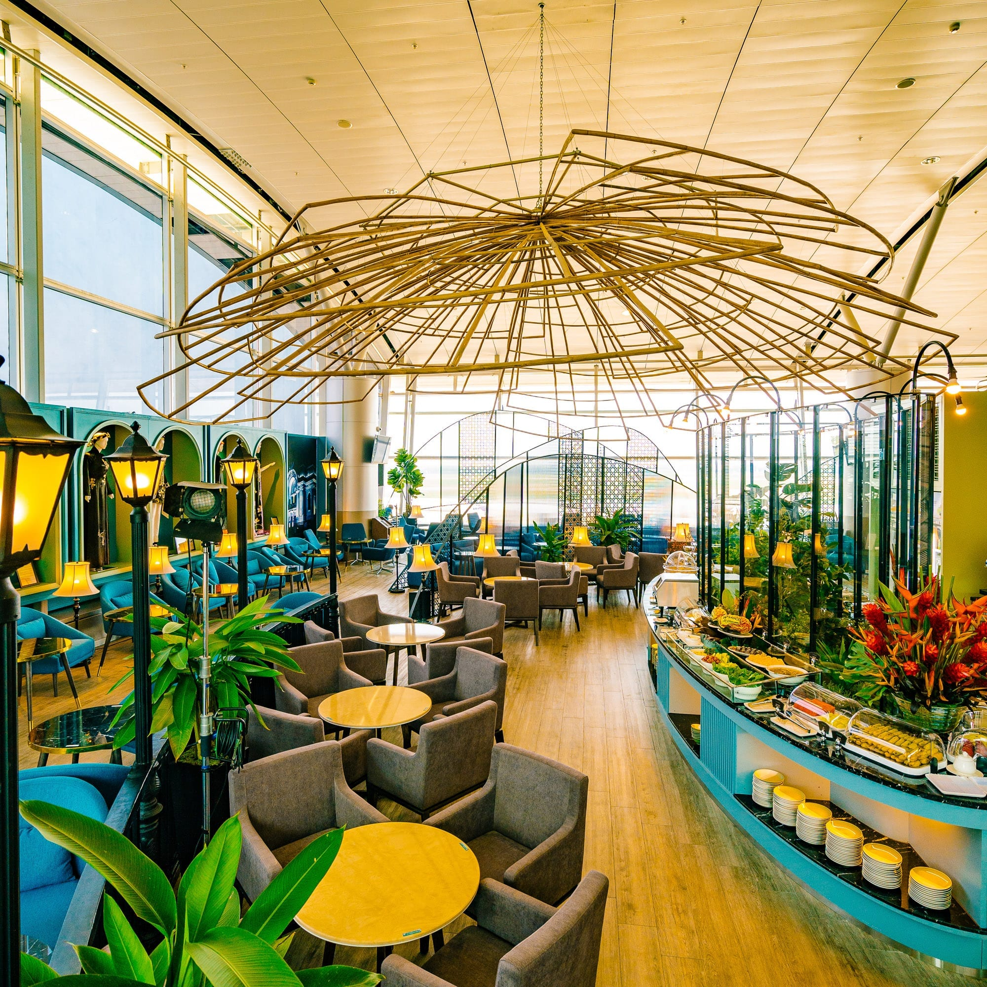 Why do passengers like the airport lounge?